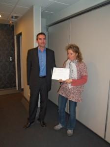 Frédéric Freund remet un diplôme de compagnon.