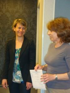 Nathalie Koenders remet un diplôme de compagnon.