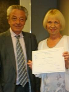Alain Millot remet un diplôme de compagnon.