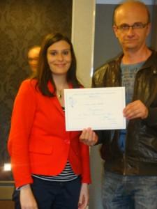 Aline Ferrière remet un diplôme de compagnon.