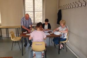 Les scrutateurs au travail : 267 bulletins de vote par correspondance à dépouiller
