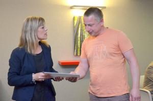 Christelle Meheu remet un diplôme de compagnon