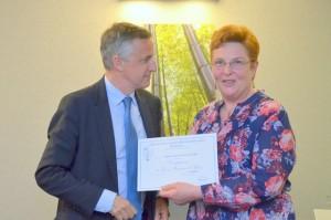 François-Xavier Dugourd remet un diplôme de compagnon