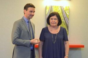 Nicole Bacqué vient de remettre la médaille de la S.P.A. de Dijon à Laurent Grandguillaume