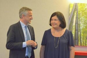 Nicole Bacqué vient de remettre la médaille de la S.P.A. de Dijon à François-Xavier Dugourd