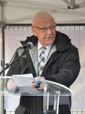 Alain Millot prononce un discours