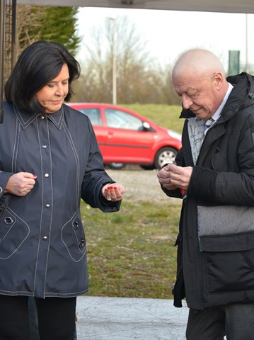 Alain Millot et Nicole Bacqué perplexes devant les vis et les boulons. Dans quel ordre faut-il les mettre ?