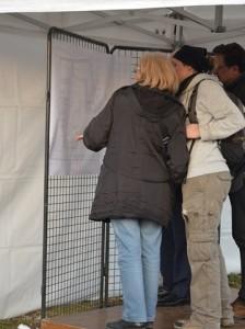 Quelques invités prennent connaissance du plan du refuge