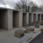 Une rangée de boxes individuels pour chats du refuge en cours de construction