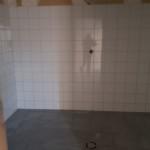 Les douches des vestiaires en cours de construction